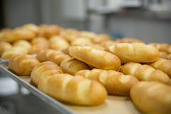 Pane al forno fresco in scaffale del vassoio in pila Fotografia Stock