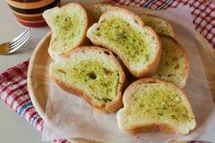 Pane all'aglio affettato al forno fresco Immagini Stock