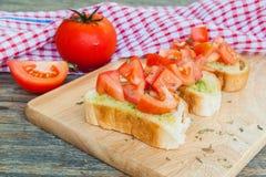 Pane all'aglio casalingo fresco con il pomodoro Fotografie Stock