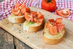 Pane all'aglio con il pomodoro casalingo per sano Immagine Stock Libera da Diritti