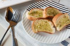 Pane all'aglio sul piatto Fotografia Stock Libera da Diritti