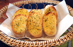 Pane all'aglio in un canestro Immagine Stock
