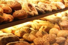 Pane appetitoso sulla vetrina Fotografie Stock