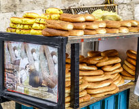 Pane arabo, bagel sulla via in vecchia città di Gerusalemme Fotografie Stock Libere da Diritti