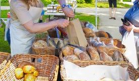 Pane artigianale al servizio dei coltivatori Immagine Stock Libera da Diritti