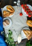 Pane assortito e pomodori ciliegia su fondo di legno Immagini Stock