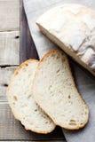 Pane azzimo affettato su una tavola di legno fotografia stock