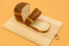 Pane bianco, affettato, sul bordo di legno immagini stock libere da diritti