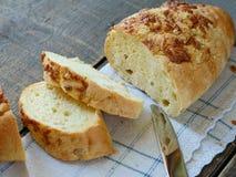 Pane bianco con la crosta del formaggio immagini stock libere da diritti