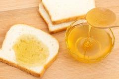 Pane bianco del miele sulla tavola Fotografia Stock Libera da Diritti
