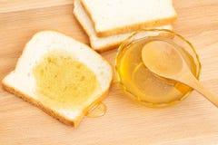 Pane bianco del miele sulla tavola Fotografie Stock