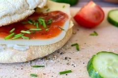 Pane bianco del pane tostato con formaggio e la erba cipollina Immagine Stock