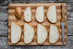 Pane bianco su un tagliere Fotografie Stock