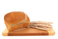Pane bianco sulla scheda di taglio Fotografia Stock Libera da Diritti
