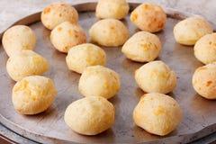Pane brasiliano pao de queijo del formaggio dello spuntino sul forno-vassoio fotografia stock