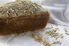 Pane a casa fatto di recente cucinato, con semi di sesamo ed il girasole Fotografie Stock Libere da Diritti