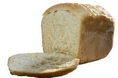 Pane casalingo bianco con un pezzo, isolato su bianco fotografie stock libere da diritti