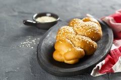 Pane casalingo del Challah con i semi di sesamo immagini stock