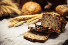 Pane casalingo delizioso con gli interi grani ed il cumino nero immagini stock libere da diritti