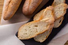Pane casalingo francese delle baguette Baguette del grano su scisto nero Immagine Stock Libera da Diritti
