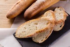 Pane casalingo francese delle baguette Baguette del grano su scisto nero Immagini Stock