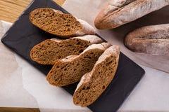 Pane casalingo francese delle baguette Baguette della segale su scisto nero Fotografia Stock Libera da Diritti