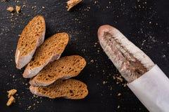 Pane casalingo francese delle baguette Baguette della segale su scisto nero Fotografie Stock Libere da Diritti