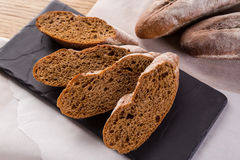 Pane casalingo francese delle baguette Baguette della segale su scisto nero Immagini Stock Libere da Diritti