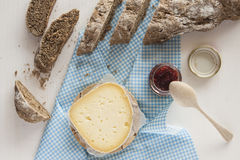 Pane casalingo nero affettato con formaggio ed inceppamento Immagine Stock
