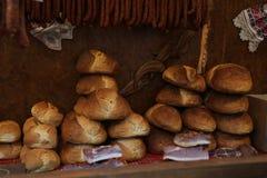 Pane casalingo rotondo impilato per la vendita ad una fiera di inverno fotografia stock libera da diritti