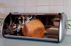 Pane casalingo in un contenitore di pane fotografia stock