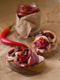 Pane con carne, i funghi ed i peperoncini rossi Fotografia Stock Libera da Diritti