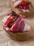 Pane con carne, i funghi ed il pepe di peperoncini rossi Fotografia Stock Libera da Diritti