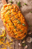 Pane con cheddar, aglio ed il primo piano delle erbe Verticale a Fotografia Stock Libera da Diritti