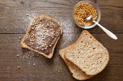 Pane con cioccolato e le nocciole, prima colazione Immagine Stock