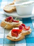 Pane con crema-formaggio e paprica Immagini Stock