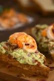 Pane con guacamole, gamberetto e bacon immagine stock libera da diritti