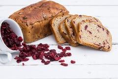 Pane con i mirtilli rossi sul bordo di legno bianco Immagine Stock