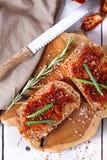 Pane con i pomodori e le erbe secchi immagine stock