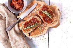 Pane con i pomodori e le erbe secchi immagini stock libere da diritti