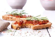 Pane con i pomodori e le erbe secchi fotografie stock