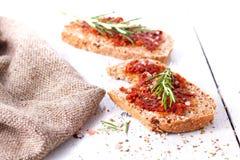 Pane con i pomodori e le erbe secchi Fotografie Stock Libere da Diritti