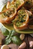 Pane con il primo piano dell'aglio e del basilico sul piatto Vista superiore verticale Fotografie Stock