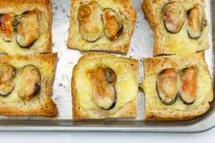 Pane con la cozza ed il formaggio dopo al forno Immagini Stock Libere da Diritti