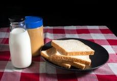 Pane con latte e burro di arachidi Fotografie Stock Libere da Diritti