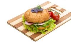Pane con le salsiccie e l'insalata Fotografia Stock Libera da Diritti