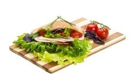 Pane con le salsiccie e l'insalata Fotografie Stock Libere da Diritti