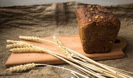 Pane con le spighette sul fondo della tela di sacco Immagine Stock Libera da Diritti