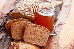 Pane con miele e l'avena fotografia stock