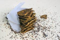 Pane croccante casalingo dai semi di lino, da Chia, da sesamo e dalle carote alimento Concetto-sano, vegetarianismo, alimento cru Fotografia Stock